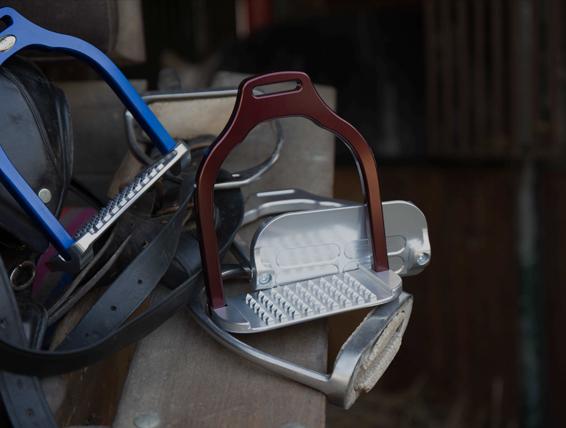 Lightweight ergonomic stirrups